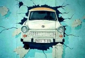 Peinture d'une Trabant passant le Mur de Berlin