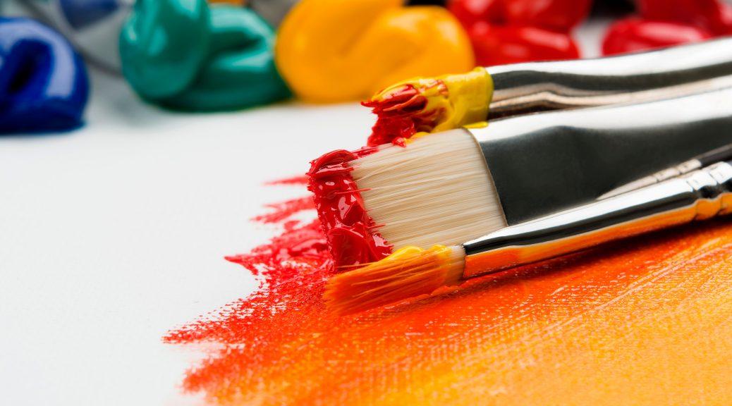 Pinceaux et traces peintures couleurs chaudes